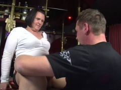 Harter Stecher fickt willige BBW in der Bar