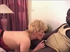 Interracial Bumsen mit blonder Milf